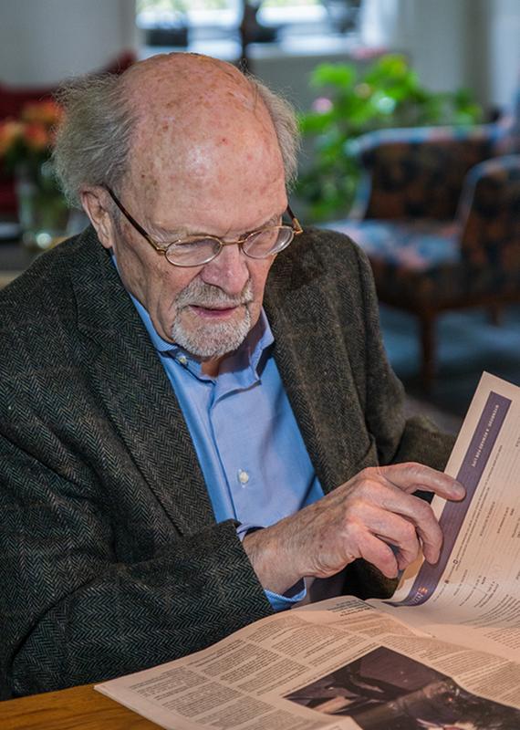 Foto van Peter Lagendijk die een krant leest